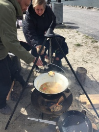 Der laves mad over bål af en repræsentant fra Øens Frie Fiskeforening
