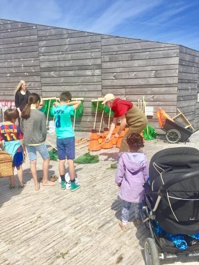 Sommeren over har familier mulighed for at komme ud i waders sammen og fange og undersøge dyrene på det lave vand. Her instrueres familierne i, hvordan man bruger naturcenterets grej til at fange dyrene i vandet.